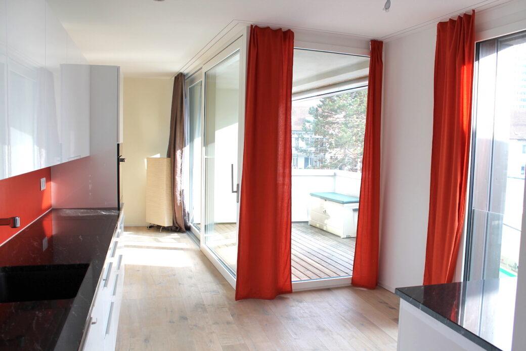 Küche mit Blick auf den Balkon